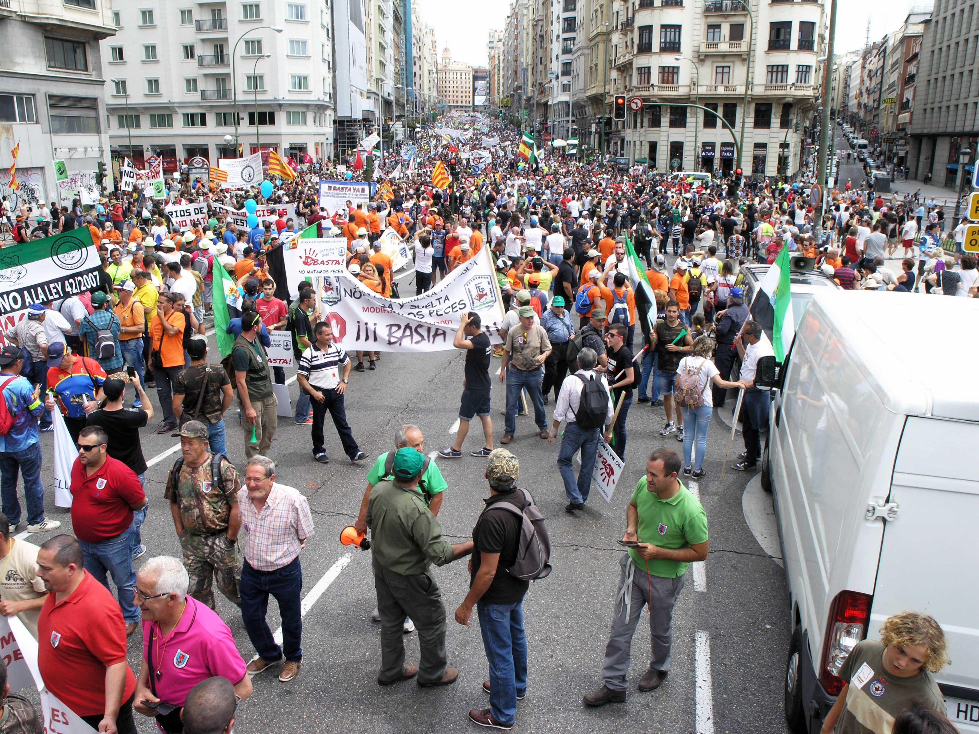 Manifestación en Madrid de cazadores y pescadores contra la nueva normativa de especies invasoras
